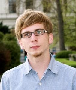 Mann in Hemd mit Brille und Bart