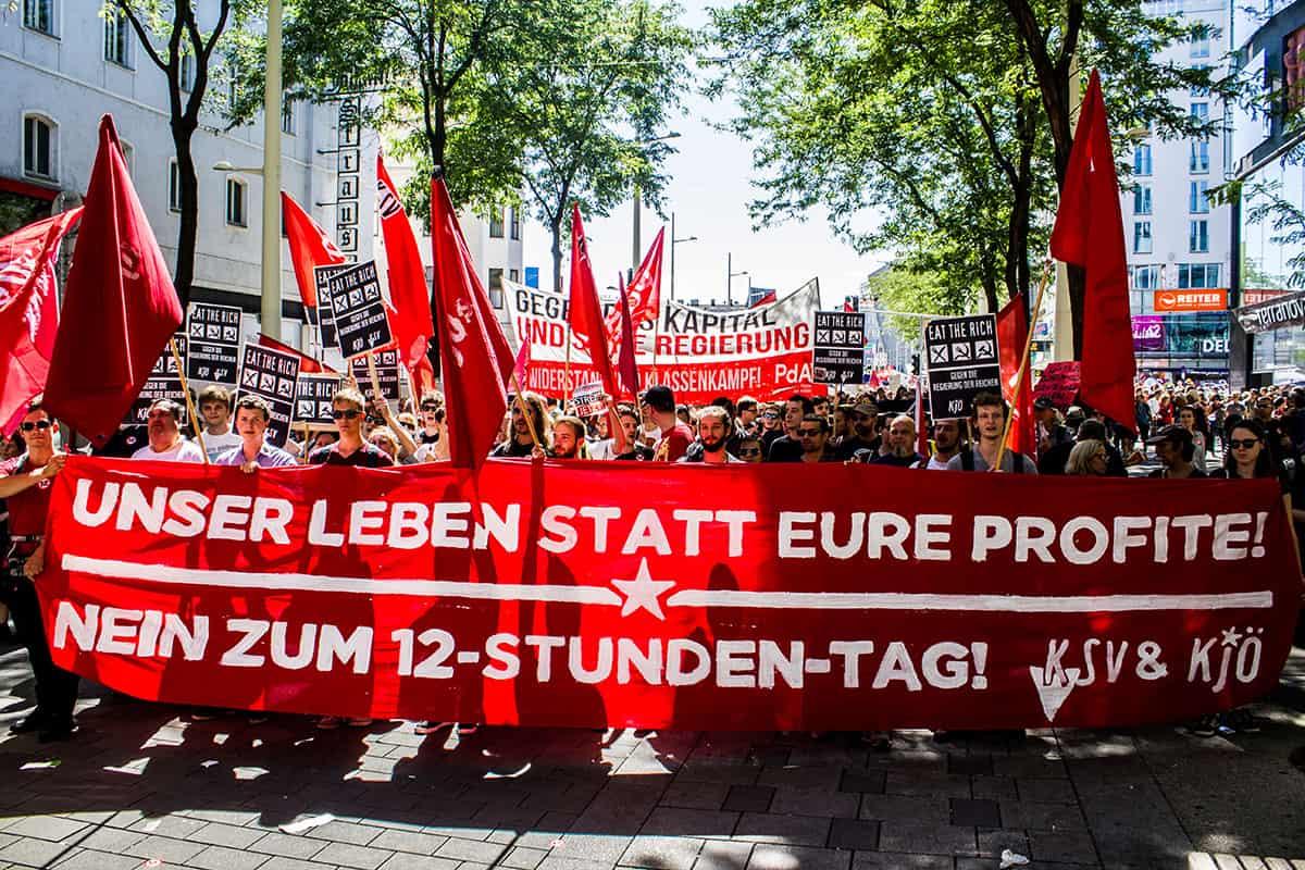 Demonstrationsblock der Kommunistischen Jugend Österreichs auf der Demo gegen den 12 Stunden-Arbeitstag