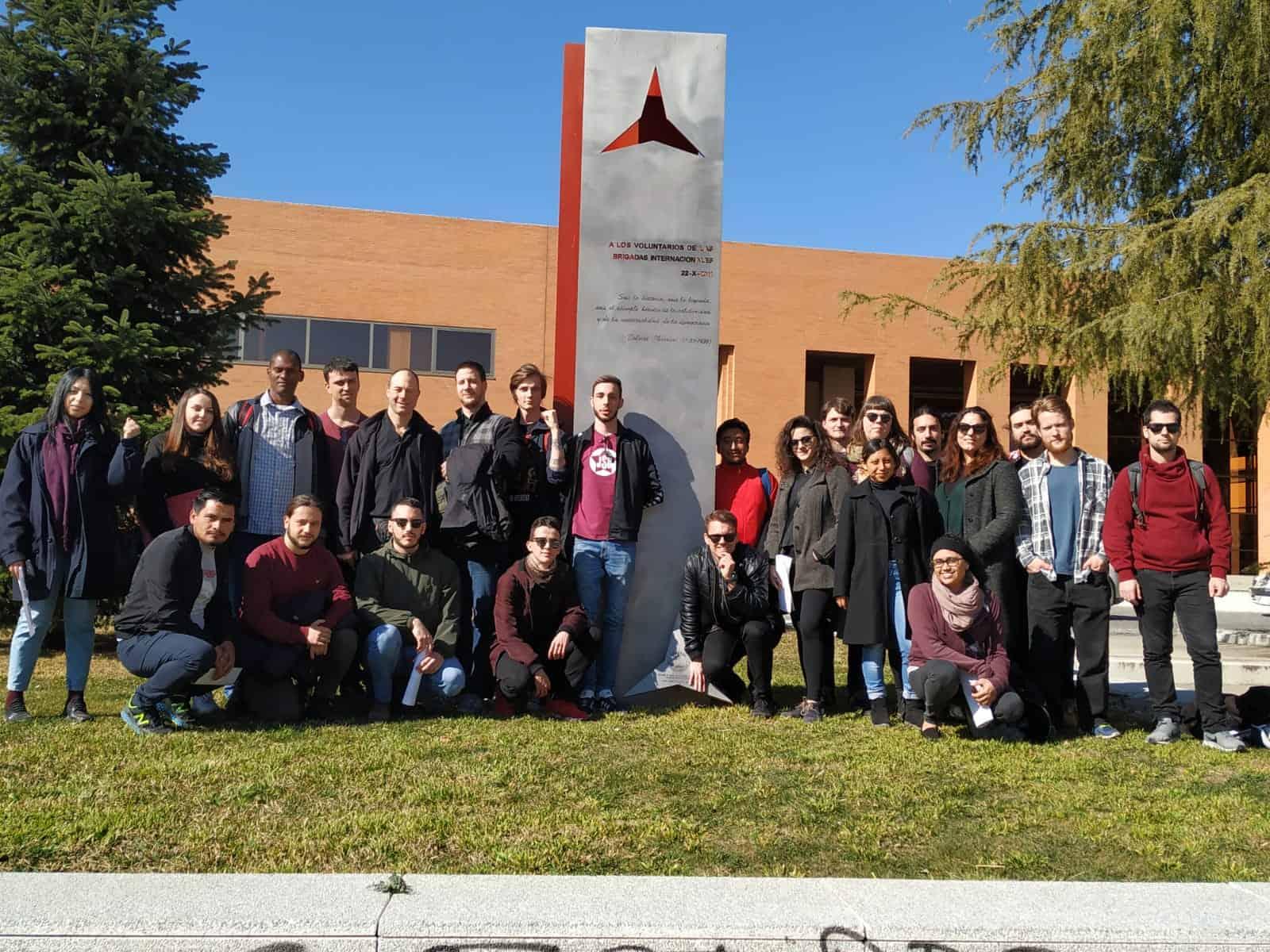Eine internationale Delegation der Kommunistischen Jugend Österreichs in Spanien vor einem Denkmal der Interbrigarden.